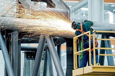 Zur Haltbarkeit von Schutzausrüstung im Job gibt es genaue Vorgaben. Foto: Robert Schlesinger/dpa-Zentralbild/dpa-tmn