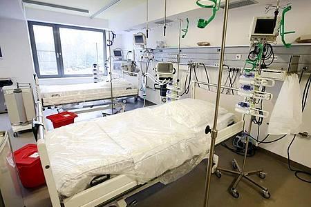Neben den Intensivbetten stehen Beatmungsgeräte im Allgemeinen Krankenhaus Viersen in Nordrhein-Westfalen. Foto: Roland Weihrauch/dpa