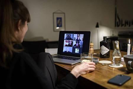 Der Videochat ersetzt momentan viele Gespräche und Konferenzen. Foto: Anthony Anex/KEYSTONE/dpa