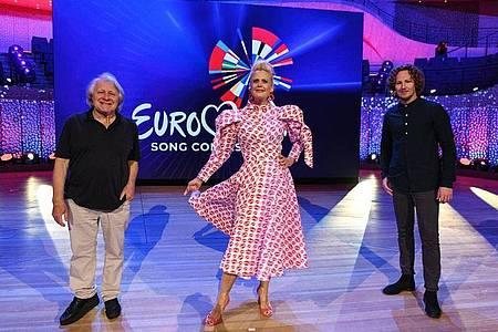 Kommentator Peter Urban (l-r), Moderatorin Barbara Schöneberger und Sänger Michael Schulte in der ARD-Show «Eurovision Song Contest 2020 - das deutsche Finale». Foto: Uwe Ernst/NDR/dpa