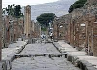 Nur wenige Besucher tummeln sich in der archäologischen Ausgrabungsstätte von Pompeji. Foto: Alessandra Tarantino/AP/dpa