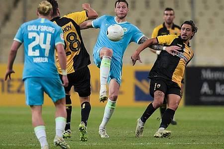 Der VfL Wolfsburg um Stürmer Wout Weghorst (M.) verlor in Athen und schied aus. Foto: Angelos Tzortzinis/dpa