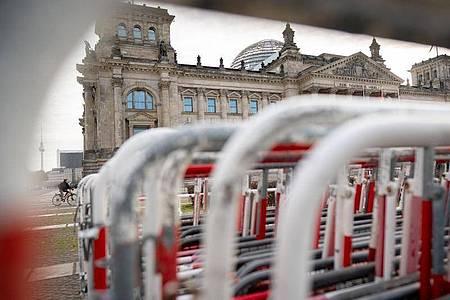 Absperrgitter stehen vor dem Reichstagsgebäude. Hier findet am heute eine Demonstration gegen das Infektionsschutzgesetz statt. Das Gesetz wird vom Bundestag verabschiedet. Foto: Kay Nietfeld/dpa