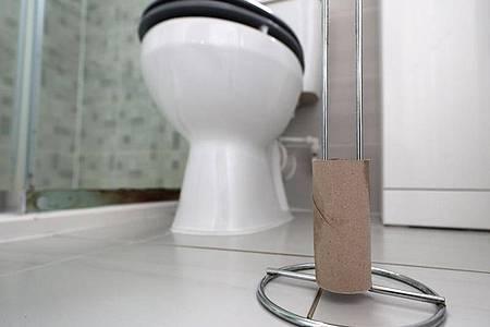 Eine leere Rolle Toilettenpapier im Badezimmer eines Privathaushaltes in London. Foto: Peter Byrne/PA Wire/dpa