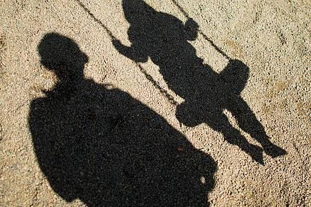 Die Corona-Krise hat einer Studie zufolge bei Vätern zu einer Verschiebung der Stressfaktoren geführt. Foto: Julian Stratenschulte/dpa