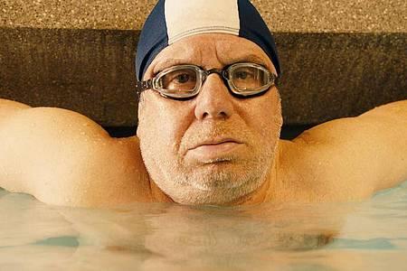 Allein im Schwimmbad: Joachim Król ist «Endlich Witwer». Foto: Florian Emmerich/ZDF/dpa