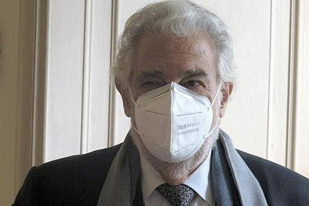 Der Opernsänger Plácido Domingo setzte auch beim Fototermin die Maske nicht ab. Foto: Petra Kaminsky/dpa