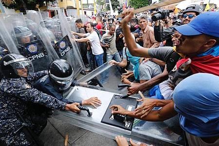 Oppositionsführer Juan Guaidó hat zu den Protesten und zur Forderung freier Präsidentschaftswahlen aufgerufen. Foto: Ariana Cubillos/AP/dpa