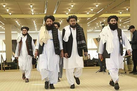 Taliban-Delegation in Doha: Dort hatten die militanten Islamisten und die USA am 29. Februar ein Abkommen geschlossen, das einen Abzug aller US- und internationalen Truppen aus Afghanistan vorsieht. Foto: Hussein Sayed/AP/dpa