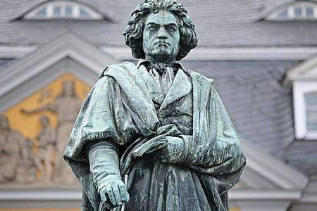 Eine Statue des Komponisten Ludwig van Beethoven steht in Bonn. Foto: Oliver Berg/dpa