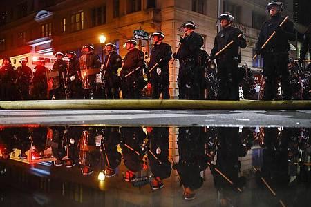 Nach dem Tod des Afroamerikaners George Floyd bei einem brutalen Polizeieinsatz in Minneapolis haben Ausschreitungen in US-Metropolen in der fünften Nacht in Folge angedauert. Foto: Matt Rourke/AP/dpa
