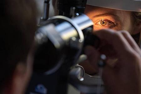 Durch regelmäßige Vorsorgeuntersuchungen werden Erkrankungen der Augen möglicherweise eher entdeckt. Foto: Marijan Murat/dpa/dpa-tmn
