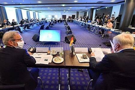 Bundesinnenminister Horst Seehofer (r) und die Innenminister der Länder beraten in Erfurt. Foto: Martin Schutt/dpa-Zentralbild/dpa
