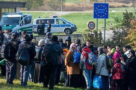 Flüchtlinge im Oktober 2015 an der deutsch-österreichischen Grenze. Foto: picture alliance / dpa