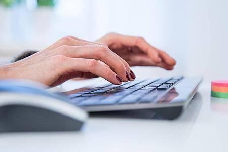 Schön freundlich bleiben und auch wenn es schwer fällt, lieber noch einmal mit Abstand über fordernde E-Mails lesen. Foto: Christin Klose/dpa-tmn