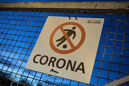 Aufgrund der Corona-Beschränkungen sind bisher zahlreiche Freizeitaktivitäten verboten. Der Bund will den Sportbetrieb nun unter Auflagen wieder erlauben. Foto: Boris Roessler/dpa