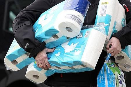 Im Netz gibt es Online-Plattformen auf den eine Packung Toilettenpapier für 20 Euro oder 1 Liter Händedesinfektionsmittel für 199 Euro angeboten werden. Foto: Rene Traut/dpa