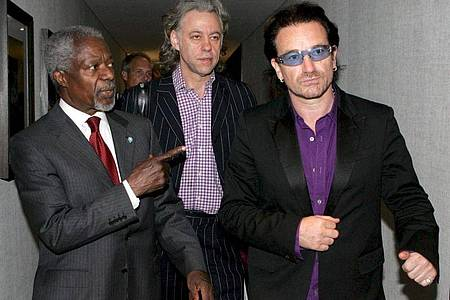 Bono (r) spricht mit UN-Generalsekretär Kofi Annan (l) während des G8-Gipfels. Foto: --/EPA Pool/dpa