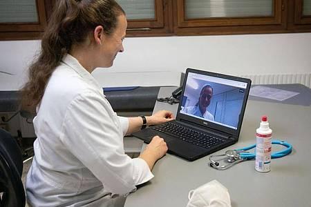 Die Praxis von Susanne Springborn verschickt einen Link per Mail, über den sich der Patient einloggen kann. Kurz darauf klingelt es beim Patienten - und die Hausärztin erscheint auf dem Bildschirm. Foto: Frank Rumpenhorst/dpa