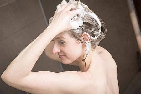 Festes Shampoo unterscheidet sich kaum von flüssigem - bei der Herstellung wird ihm meist nur Wasser entzogen. Foto: Christin Klose/dpa-tmn