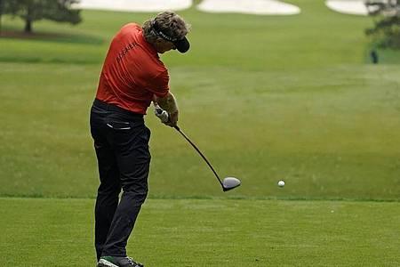 Schlägt sich beim Masters in Augusta in die Rekordbücher: Bernhard Langer. Foto: Charlie Riedel/AP/dpa