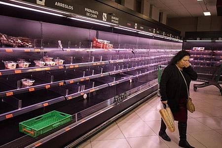 Fast leer:Regale in einem spanischen Supermarkt. Foto: Emilio Morenatti/AP/dpa