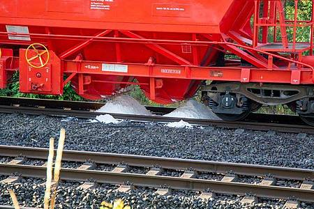 Weißes Pulver aus einem Waggon eines Güterzuges ist im Gleisbett zu sehen. Der Zug hatder Bundespolizei zufolgeam SonntagabendzwischenBad Hersfeld und Neuhof das weiße Pulver verloren. Foto: OsthessenNews/dpa