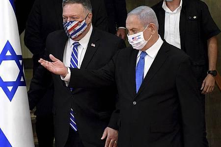 Mike Pompeo (l-r, vorne), Außenminister der USA, und Benjamin Netanjahu, Ministerpräsident von Israel, vor ihrer gemeinsamen Pressekonferenz. Foto: Debbie Hill/Pool UPI/AP/dpa