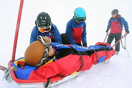 Teilnehmer eines Lehrganges für Bergretter der Bergwacht trainieren auf dem Nebelhorn bei Oberstdorf (Bayern) den Umgang mit einem Ackja. Bei dem einwöchigen Lehrgang üben Bergwacht-Anwärter verschiedene Besonderheiten der Winterrettung. Foto: picture alliance / Karl-Josef Hildenbrand/dpa
