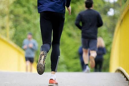 Forscher aus den Niederlanden und Belgien haben berechnet: Jogger mit Tempo 14,4 sollten rund zehn Meter Abstand halten, um eine Übertragung des Corona-Virus zu vermeiden. Foto: Christoph Soeder/dpa