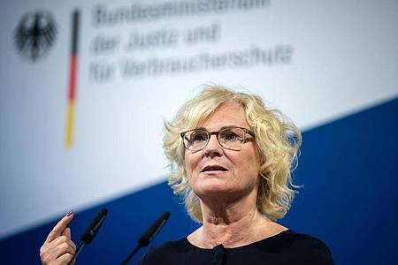 «Wir senden damit das ganz klare Signal aus, dass wir diese Taten nicht hinnehmen», sagte Justizministerin Christine Lambrecht (SPD) im Bundestag. Foto: Bernd von Jutrczenka/dpa