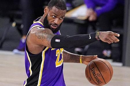 LeBron James von den Los Angeles Lakers gestikuliert während des Spiels. Foto: Mark J. Terrill/AP/dpa