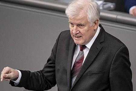 Horst Seehofer (CSU), Bundesminister des Innern, für Bau und Heimat, hält im Bundestags seine Rede. Thema der Aktuellen Stunde ist die Bekämpfung des islamistischen Terrors. Foto: Fabian Sommer/dpa