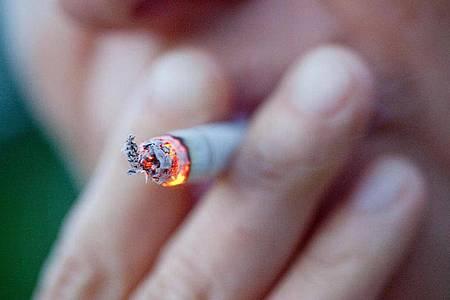 Vom 20. Mai an sind EU weit alle Zigaretten mit charakteristischen Aromen verboten. Sie könnten zu einem erhöhten Tabakkonsum verleiten. Foto: Christoph Schmidt/dpa