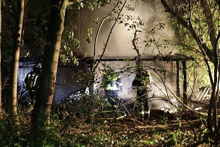 Feuerwehr bei den Löscharbeiten im bewaldeten Gebiet