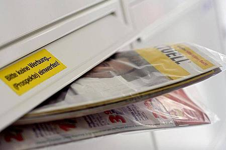 Die Deutsche Umwelthilfe will erreichen, dass Werbeprospekte nur noch bei Menschen landen, die sie haben wollen. Foto: Oliver Berg/dpa