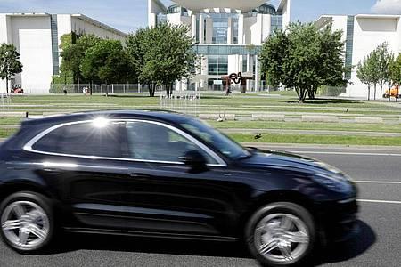 Ein Porsche Macan vor dem Bundeskanzleramt. Foto: Kay Nietfeld/dpa