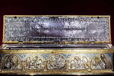 Die prachtvolle Armreliquiar Karls des Großen (1165-1173) im Landesmuseum Mainz. Foto: Andreas Arnold/dpa