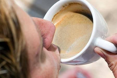 Das tut gut: Eine kurze Auszeit mit einer Tasse Kaffee hilft oft, um wieder in Schwung zu kommen. Foto: Friso Gentsch/dpa