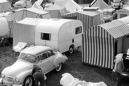 Ferien auf Rädern - Blick auf Camping-Platz (1961). Foto: dpa