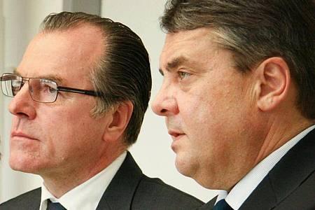 Clemens Tönnies (l), Unternehmer, und der damalige Bundeswirtschaftsminister Sigmar Gabriel (SPD) bei einer Pressekonferenz in Rheda-Wiedenbrück. Foto: ---/dpa