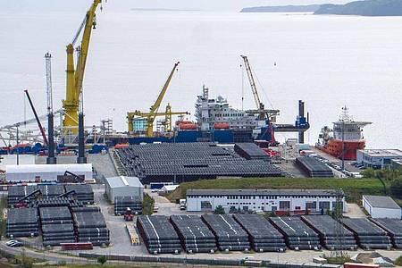 Ein russisches Verlegeschiff im Hafen Mukran auf der Insel Rügen. Die ostdeutschen Regierungschefs haben sich einstimmig für eine Fertigstellung von Nord Stream 2 ausgesprochen. Foto: Jens Büttner/dpa-Zentralbild/dpa