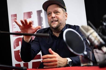 """Rapper Smudo vor der Aufzeichnung eines neuen Podcasts des Vereins """"Laut gegen Nazis"""" in Hamburg. Foto: Christian Charisius/dpa"""