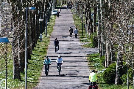 Viel weniger Menschen als gewöhnlich sind in Saarbrücken am Ufer der Saar unterwegs. Foto: Oliver Dietze/dpa