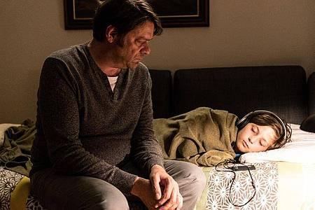 Roland Gachleitner (Roeland Wiesnekker, l) lässt Maxi (Tom Philipp) bei sich schlafen. Foto: Michael Marhoffer/ZDF/dpa