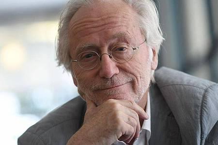 Schauspieler Joachim Hermann Luger hat den Heimwerker in sich entdeckt. Foto: Henning Kaiser/dpa