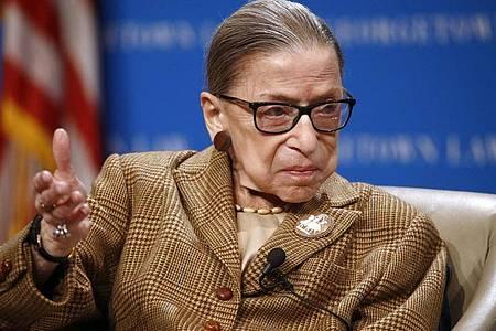 Ruth Bader Ginsburg spricht während einer Diskussion zum 100. Jahrestag der Ratifizierung des 19. Zusatzartikels. Die amerikanische Justiz-Ikone ist nun im Alter von 87 Jahren gestorben. Foto: Patrick Semansky/AP/dpa