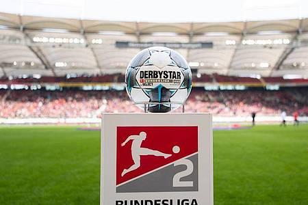 Derzeit ist noch völlig ungewiss wann im deutschen Profi-Fußball der Ball wieder rollt. Foto: Tom Weller/dpa