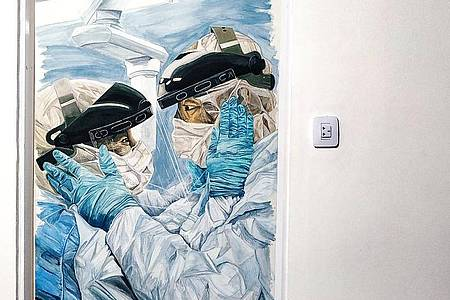Das Bilod von Gonzalo Ferreyra zeigt zwei Mitarbeiter des Gesundheitswesens in ihrem Kampf gegen die Corona-Pandemie. Foto: Gonzalo Ferreyra/dpa