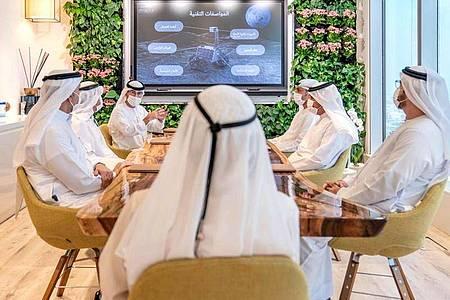 Emiratische Beamte informieren Scheich Mohammed bin Raschid Al Maktum über eine mögliche Mondmission. Foto: Sheikh Mohammed bin Rashid Al Maktoum Twitter account/AP/dpa